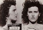 L'affaire du Dahlia noir fait référence au meurtre non élucidé d'Elizabeth Ann Short (1947) surnommée le Dahlia noir.  Le corps d'Elizabeth Ann Short a été retrouvé mutilé, coupé en deux au niveau du bassin et vidé de son sang dans un terrain vague de Los Angeles le 15janvier1947. Âgée de 22 ans, Elizabeth Ann Short s'était installée à Hollywood dans le but de devenir actrice. Son surnom viendrait soit de sa coiffure (d'une fleur dans ses cheveux), soit de de ses vêtements noirs.