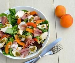 Zomer op een bordje! Dát omschrijft deze Salade met Abrikoos, Kip & Prosciutto perfect. Zoete abrikoos, malse kip, zoute prosciutto en hartige pesto (Recept via BRON).