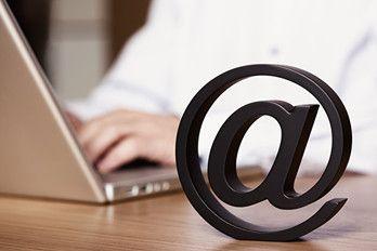 Komunikacja elektroniczna stała się najbardziej popularną formą komunikacji w biznesie. I nie ma co się dziwić – kiedy pewne informacje muszą być szybko i dokładnie przetworzone najdoskonalszą formą kontaktu jest e-mail, gdzie ciągu kilku minut niewielkim kosztem można wysłać wiadomość nawet na drugi koniec świata. Więcej na: http://www.krawatimuszka.pl/etykieta-w-biznesie/e-mailowo-ale-wciaz-listowo/