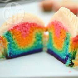 Vrolijke regenboog cupcakes die je heel makkelijk kan maken met het recept van allrecipes