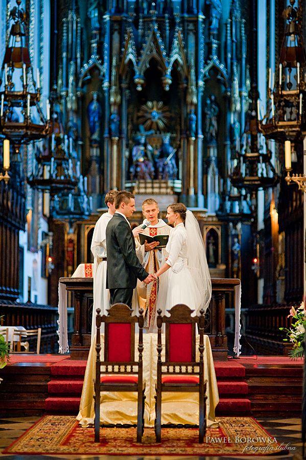 Na zdjęciu ślubne złapał się także o. Maciej Chanaka OP. Najprawdopodobniej było wesoło... :)  (Fotografia-ślubna-Paweł-Borówka) #ślub #chanaka #dominikanie #kraków