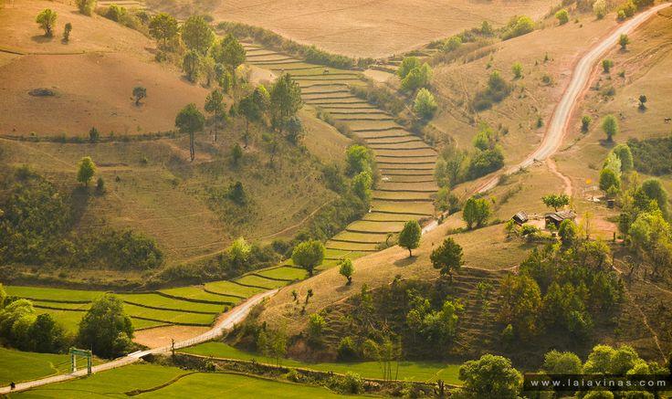 Myanmar está ubicado entre la meseta del Tíbet y la península malaya. Se encuentra rodeado en el este, norte y oeste por montañas que limitan un valle central, surcado por los ríos Irrawady, Sittang y Salween. Allí se concentran los campos agrícolas y la mayor parte de la población.