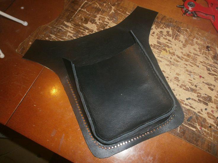 """agujeros hechos con sacabocados para coser el bolsillo a la """"futura riñonera"""""""