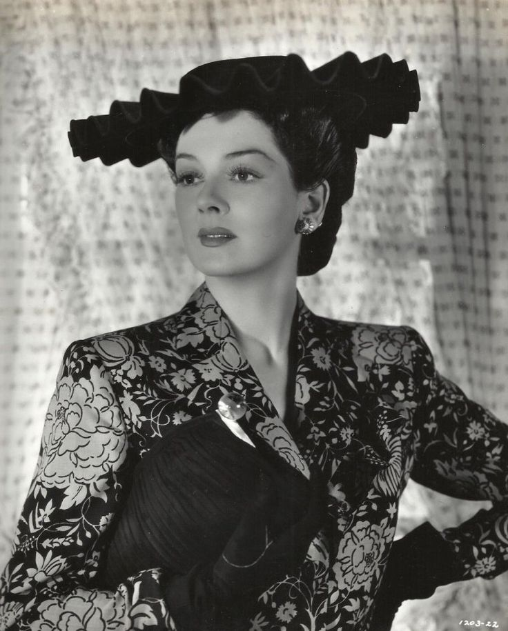 """Rosalind RUSSELL (Born : Catherine Rosalind RUSSELL,  June 4, 1907 in Waterbury, Connecticut, USA,  Died : November 28, 1976 (age 69) in Beverly Hills, Los Angeles, California, USA) Height : 5' 8"""" (1,73 m)"""