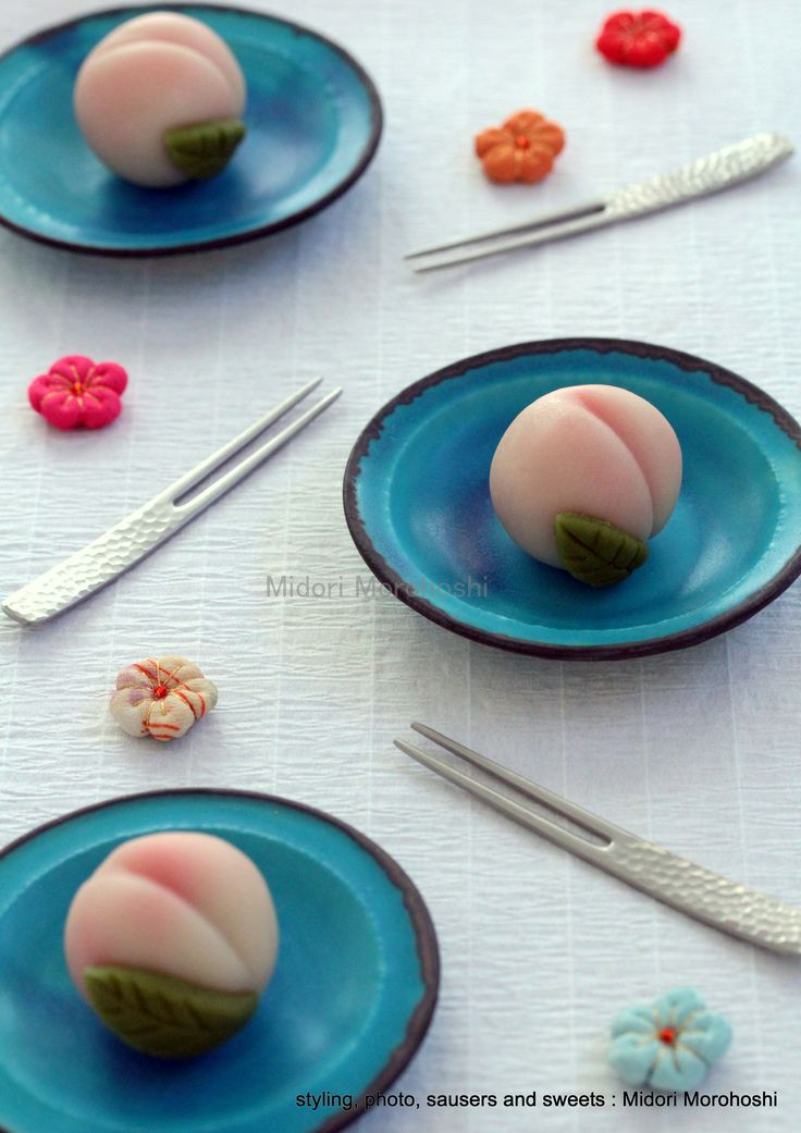 和菓子『桃と杏の練り切り Momo-to-Anzu-no-Nerikiri』 Japanese sweets of the form of the peach , flavored wih peach and apricot. *styling / photo / saucers and sweets : Midori Morohoshi(http://ameblo.jp/greenonthetable/imagelist.html)