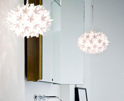 Bloom Pendelleuchte von Kartell. Weiße Schneeflocken als Leuchten – eine wunderbare Kreation von Ferruccio Laviani! Verzaubert jeden Raum in ein leuchtendes Blütenmeer! http://www.ikarus.de/bloom-new-s2-pendelleuchte.html