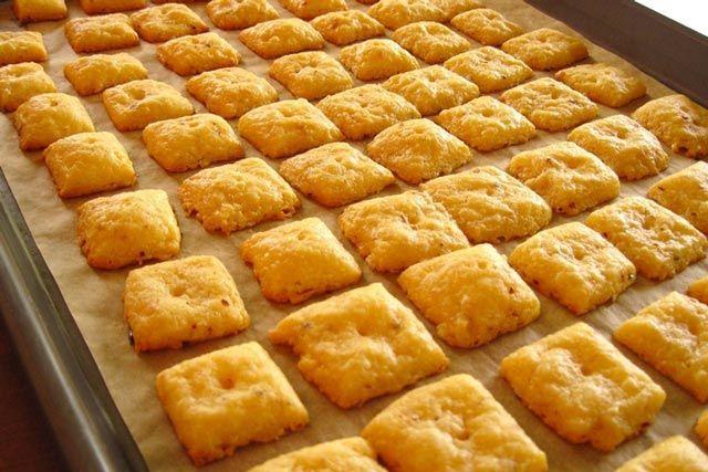 Napravite ove ukusne domaće grickalice i uživajte u hrskavom, sirastom ukusu. Brašno pomiješajte sa praškom za pecivo i posolite. Dodajt...