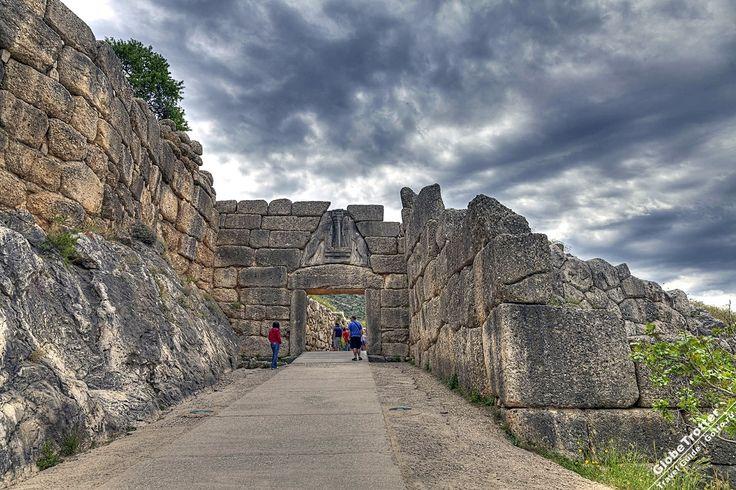 Микены - львиные ворота на входе в цитадель Греция Микены - руины древнегреческого города - одного из главных центров греческой цивилизации в период с 1600 по 1100 г. до н.э. именуемого  https://gotro.ru/europe/greece/2017/mycenae/Микенским. Микены расположены в 90 км от Афин. https://gotro.ru/europe/greece/2017/mycenae/