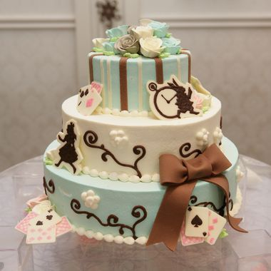 ファウンテンヒルズ仙台|結婚式場写真「アリスをテーマにしたウェディングケーキ。 大好きな世界観はケーキにも叶えられる。」 【みんなのウェディング】