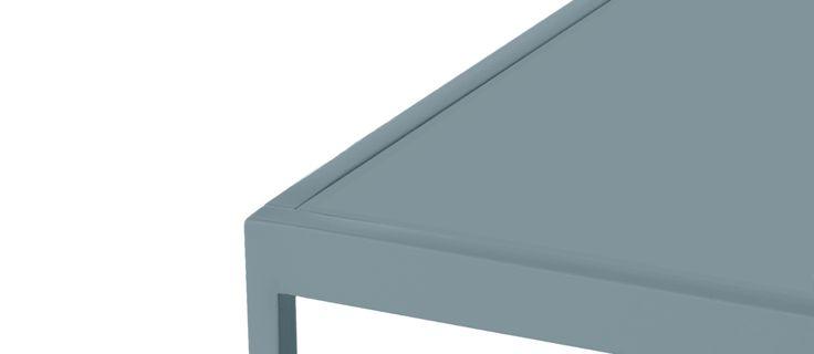 Tati Sofatable är ett vackert soffbord i två storlekar, High och Low, formgivet av Broberg & Ridderstråle för Asplund. Det lägre soffbordet är även 3 cm smalare än det höga så att den enkelt kan föras in under. Detta gör att bordet blir otroligt fina i grupp, och tillsammans med hela 9 olika färgval på det lackade metallstativet och mängder av olika bordsskivor kan du också skapa en härlig kontrast mellan de två soffborden.