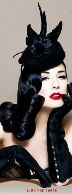 Ditta Von Teese - Ela também é conhecida por ter sido casada com o músico norte-americano Marilyn Manson, entre 2005 e 2007. O casal se conheceu em 2001 e sua relação sempre esteve 'no olho do furacão', devido ao estilo de vida de ambos.