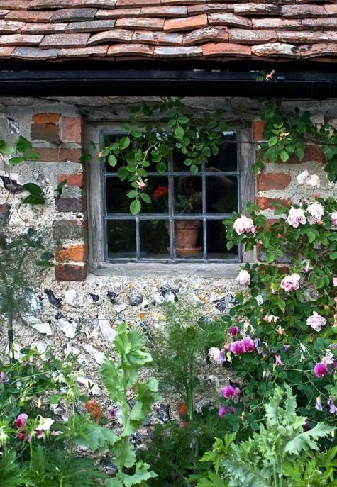 Liebe zum Detail: Steingartenhäuser werden erst durch Blumen und natürliche Deko so richtig romantisch.
