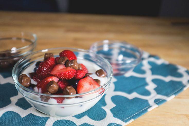 Yogourt KITKAT Yogourt à la vanille+fruits frais+Bouchées KITKAT= yogourt parfait pour prendre une pause.