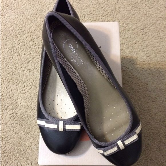 "Easy Spirit Women's Casual Shoes. Casual and comfortable shoes. New with box.  1 1/2"" Heels. Never Used. Easy Spirit Shoes Flats & Loafers"