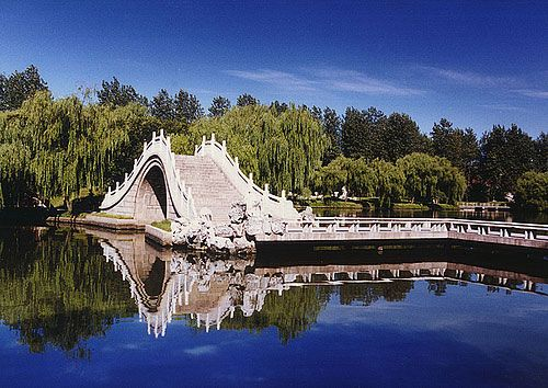 The central Jiangsu city of Yangzhou, situated at the juncture of the Yangtze River and the Grand Canal, has made a name for itself with a wealth of sites of historical interest and elegant gardens.