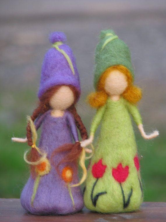 HECHO A LA MEDIDA.  Este listado está para una pequeña muñeca fieltro de la aguja. (6, 15 cm). Hice la muñeca de un tulipán y una muñeca púrpura y puede hacer cualquier otro color.  Estaba pensando hacerlo este tamaño por lo que puede llevarlos a su oficina para decorar tu mesa para la primavera.  En caso que quieres comprar uno de estos muñecos, me dejan saber que color te gusta.  Hay mas hadas de la flor en mi tienda. Gracias por visitar mi tienda!!!!  Por favor vea las políticas de mi…