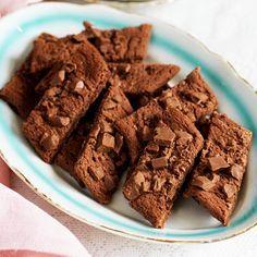 Dessa sega småkakor med djup chokladsmak är lika lätta att lyckas med som att tycka om. Extra goda blir chokladsnittarna med grovhackad mjölkchoklad på toppen. Gör gärna dubbel sats när du ändå är igång, för när man ätit en kaka vill man gärna ta en till…