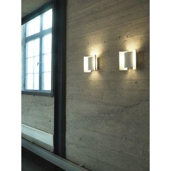 Applique BUTTERFLY - Nothern Lighting Véritable icône du design scandinave des années 60, cette applique Butterfly se compose de 3 éléments cylindriques imbriqués et incurvés. Tel un papillon blanc, le corps de l'applique projette la lumière vers les deux ailes qui la réfléchissent. Son concept unique réside dans la combinaison d'une forme simple, élégante et décorative et d'un jeu de lumière indirecte.
