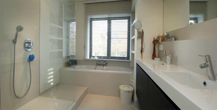 Badkamer - bad onder raam