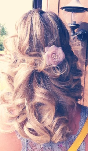 wedding idea for hair that's left down, simple accessories