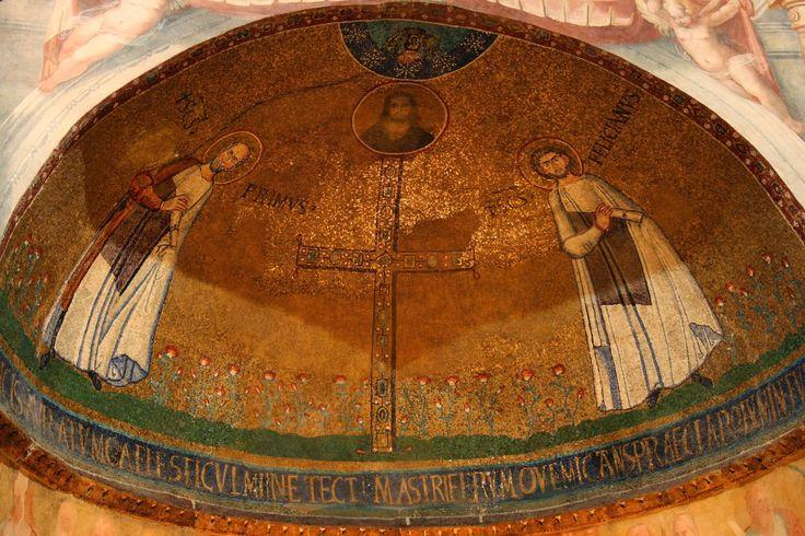 Basilica di Santo Stefano Rotondo, Roma. Mosaico. Santi Primo e Feliciano, Cristo e la croce gemmata. VII secolo (642 – 649). Foto di Roberta Isceri