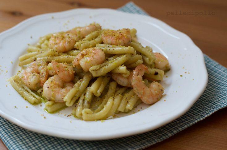 Gustosa e semplicissima pasta con pesto di pistacchi e gamberi freschi, saporita e cremosa, ottimo primo piatto, perfetto anche per le occasioni di festa!