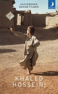 Amir och Hassan växer upp som bästa vänner under en omvälvande tid i Kabul. Trots att de uppfostras sida vid sida lever de i två helt skilda världar. Amir är son till en framstående välbärgad man, medan Hassan, som är son till Amirs fars tjänare, tillhör det fattiga och lågt stående hazarfolket. Flyga drake är en gripande roman om vänskap, svek och lojalitet.