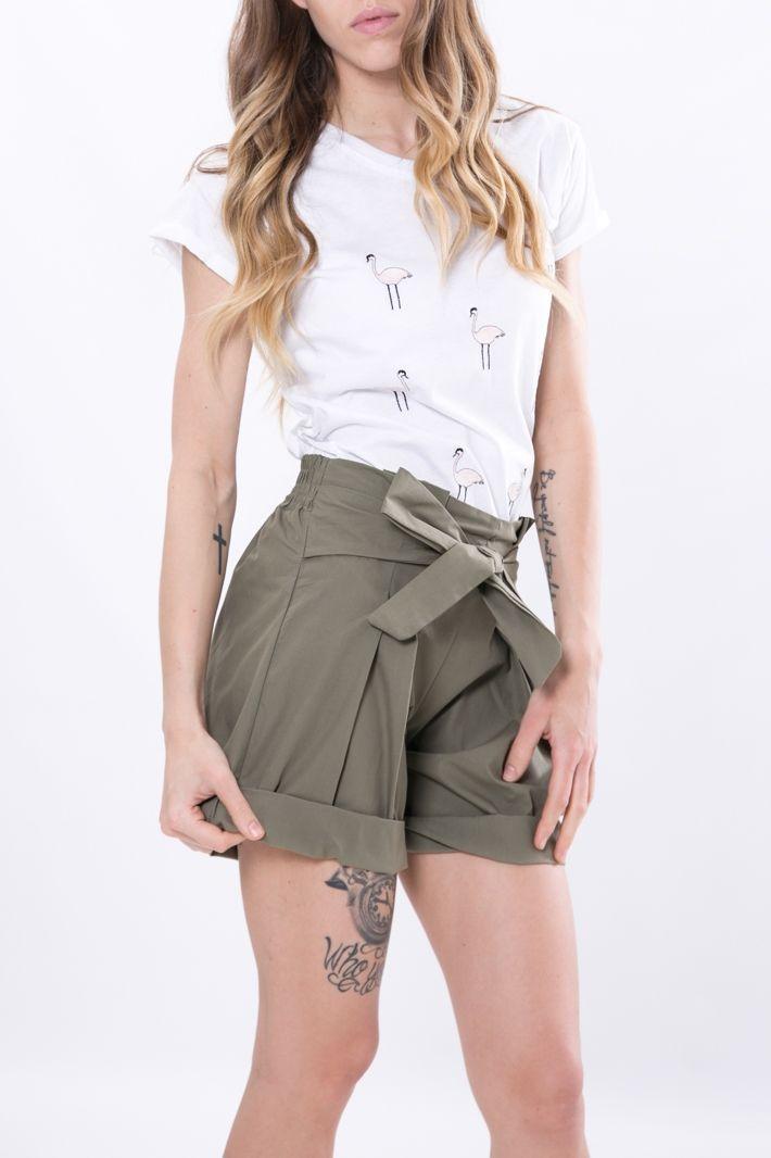Shorts in popeline di cotone con risvolto nel bordo. Vita alta e fascia elastica nel retro, fiocco tono su tono che si allaccia a piacere. Comodi e freschi, da indossare con una semplice t-shirt.    #DANI #danishop