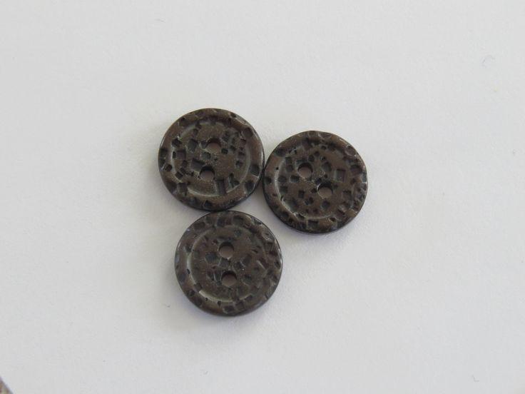 Petit bouton rond brun à motif texturé