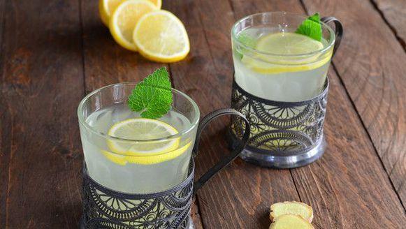 's Ochtends een glas warm water met citroen en honing drinken wordt vaak aangeraden om af te vallen. Maar wist je dat dit ritueel nog veel meer voordelen heeft? Wij zetten ze voor jou op een rij.