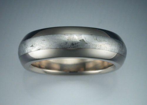 cincin palladium merupakan jenis logam yang digunakan sebagai perhiasan, warna putih berkilau dan memiliki teksture keras membuat banyak orang tergila-gila