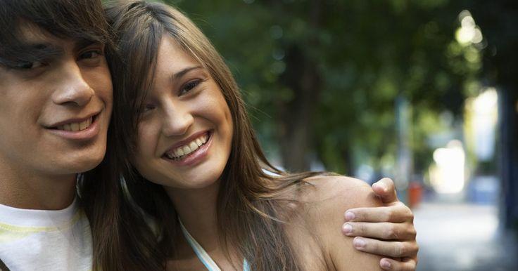 Ideias interssantes para encontros de adolescentes. Sem acesso a um carro ou muito dinheiro, muitos adolescentes acreditam que as noites de encontro serão inevitavelmente maçantes. No entanto, eles têm inúmeras opções para encontros interessantes e agradáveis que não são caras e são repletas de diversão apropriada para a idade.