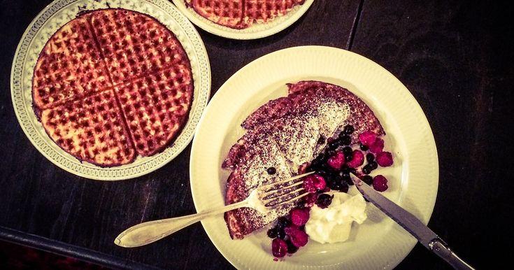 Våfflor är ett perfekt val både till frukost, brunch eller förrätt. Servera som frukost, brunch eller mellis med bär och vanilj kesella alt. som förrätt med smetana, löjrom och rödlök. Detta recept är både glutenfritt och LCHF.