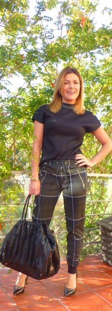 As novas calças de inspiração fato de treino, com cós de elásticos na cintura e cós com tira elástica no final da perna, são sem dúvida as novas calças casuais.
