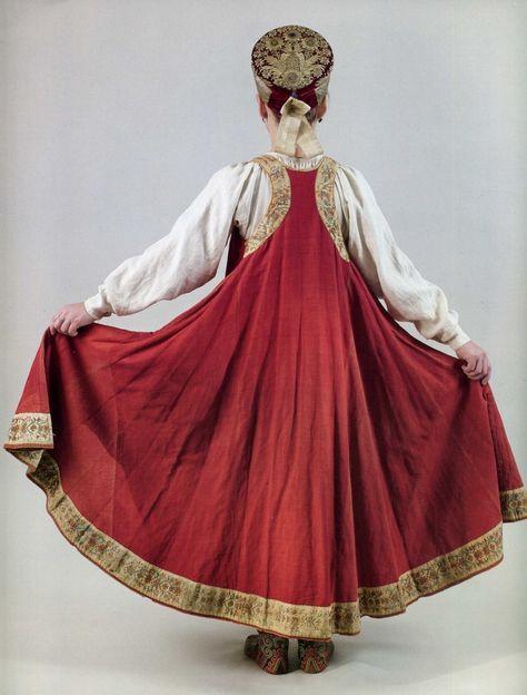 Пыляев писал, что «Екатерина ввела при дворе изящную простоту русского платья». Все должны были являться ко двору в платьях с элементами русского национального…