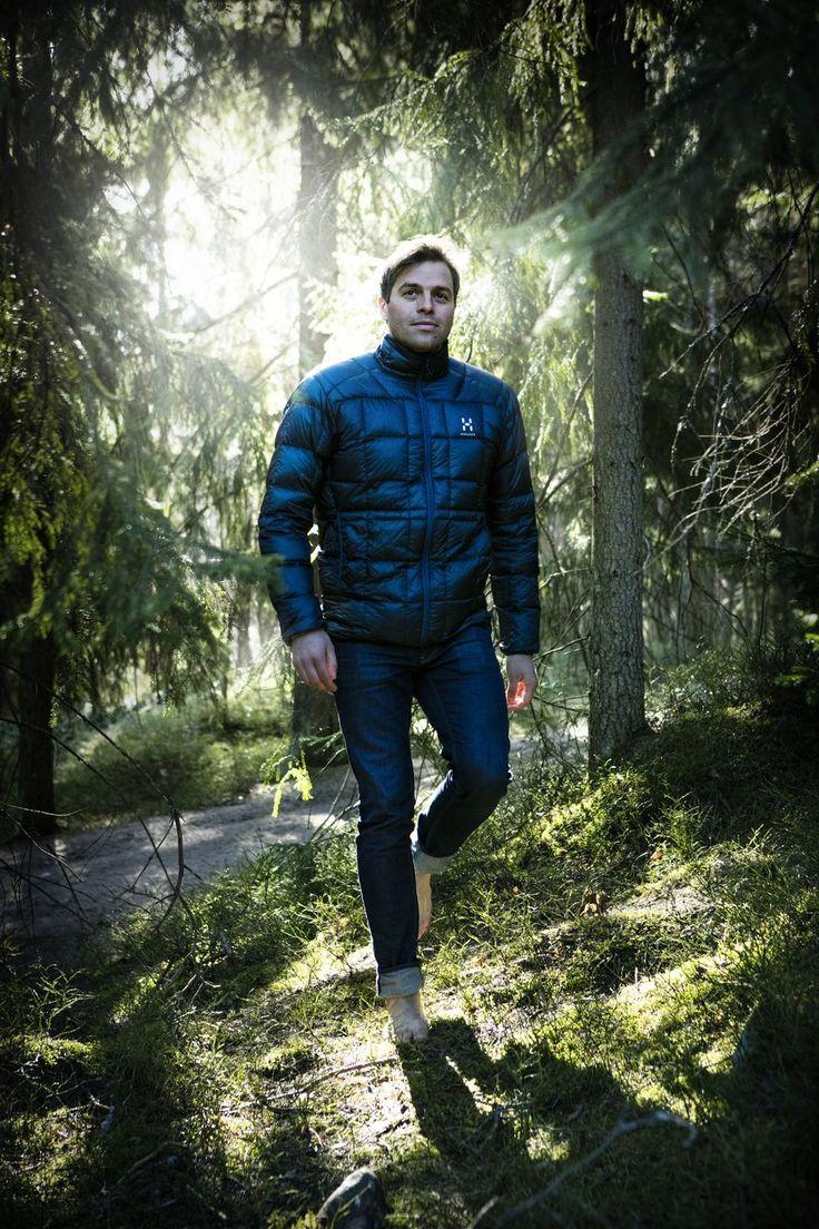 Kun isä oli sillä tuulella, Kimmo Ohtonen karkasi metsään ja muuttui näkymättömäksi. Aikuisena hänestä tuli mies, joka kuvasi jääkarhuja ja sukelsi tiikerihain kanssa. Jossain välissä hän lakkasi pelkäämästä edes isäänsä.