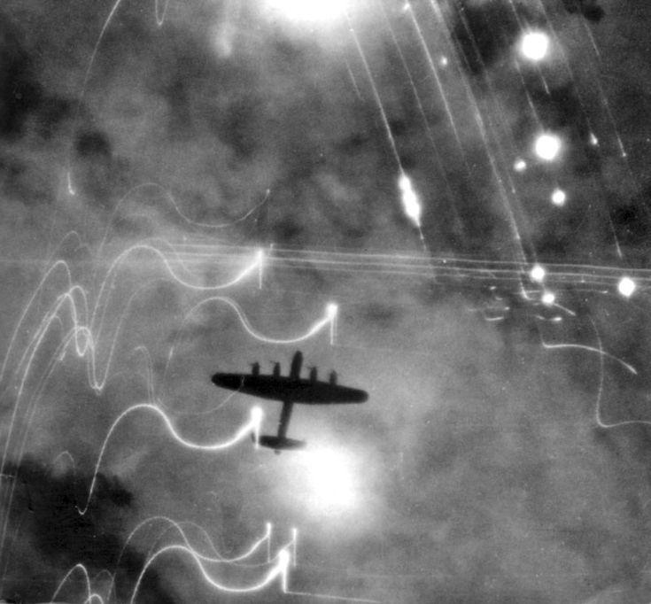 Bombardero Avro-Lancaster del Grupo 1 del Comando de Bombardeos de la RAF sobre la ciudad alemana de Hamburgo, madrugada del 31 de enero de 1943