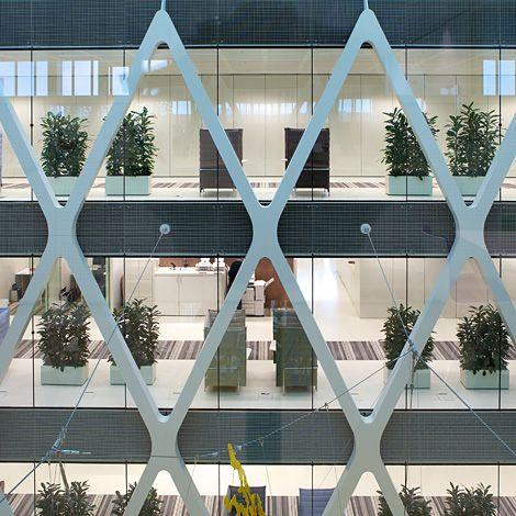 Commandée par la Régie des Bâtiments du gouvernement, le nouvel immeuble de bureau de l'organisme de recouvrement des amendes a été réalisé par Claus et Kaan Architectes et l'aménagement intérieur par l'agence néerlandaise Team4. Une conception axée sur la qualité maximale de l'intérieur qui se caractérise par la transparence des façades, des plafonds élevés, et une profondeur au sol généreuse.
