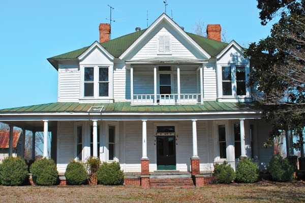 This 1910 farmhouse with 6-bedrooms and 2 1/2-baths in Grimesland, S.C. is free to the right person willing to move it. A fixer-upper with loads of original detail. | Photo: John P. Wood/NCDCR | thisoldhouse.com