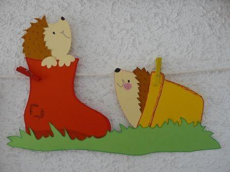 Petits hérissons jouent à cache-cache
