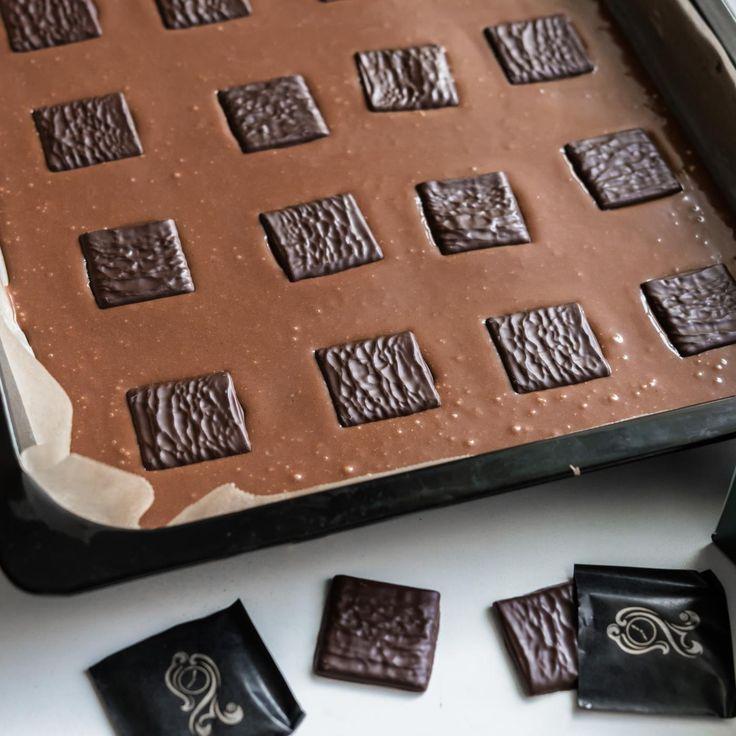 Näiden mokkapalojen pohjassa maistuu After Eight -suklaakonvehdit. Ne piilotetaan taikinaan ennen paistamista, mikä saa aikaan miellyttävän mintun maun. Onkohan nyt menossa jokin mokkapalakausi? Ainakin erilaisia reseptejä näkyy pyörivän joka paikassa. Päätimpä tehdä näistä myös oman...