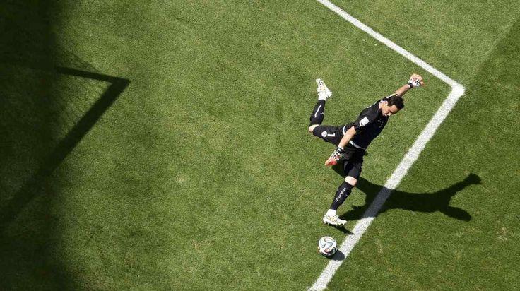 BRAVO. Arquero de Chile Claudio Bravo realiza un saque de meta durante el partido contra Brasil en el estadio Mineirão, en Belo Horizonte . (REUTERS)