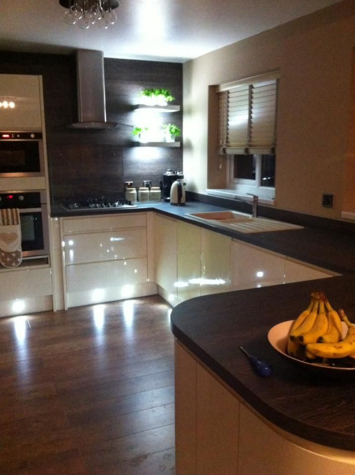 Wren Living: Handleless Cream Gloss kitchen with Mali Wenge worktops. Mood-setting plinth lighting adds a luxurious finishing touch! Lovely :)