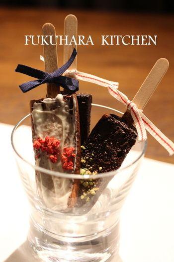 アイス?いいえ!チョコレートがたっぷりしみ込んだラスクなんです。材料はパンと牛乳、チョコレートがあればできるので、気軽に挑戦できます。ピスタチオやドライフルーツを飾って大人っぽくデコレーションするのがオシャレですね。