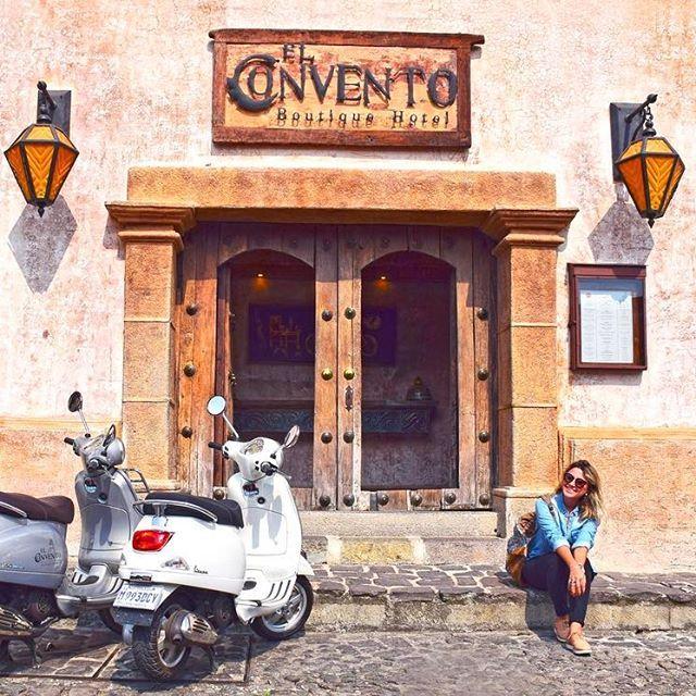 Antigua (ou La Antigua Guatemala), Patrimônio da UNESCO, foi fundada em 1543, mas em 1773 foi completamente destruída por um terremoto, e abandonada. 13 outros terremotos conseguiram acabar com o que tinha sobrado, que não era muito. Hoje vemos várias reconstruções, mas as pedras que revestem as ruas são ORIGINAIS. . La Antigua está no meio de 3 VULCÕES (um deles está em erupção hoje) e você pode ver a olho nu (quando as nuvens não estão cobrindo).