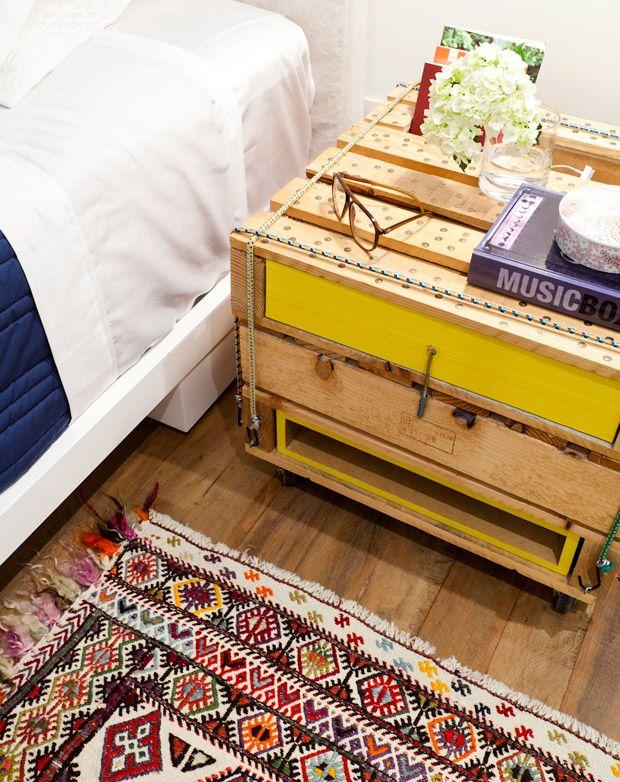 tapete tipo persa-rústico e criado-mudo reciclado.
