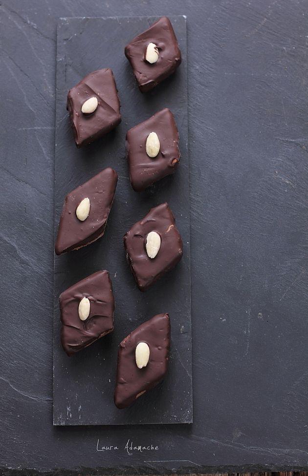 Mostaccioli, reteta de turta dulce italiana cu glazura de ciocolata. Reteta mostaccioli, mod de preparare si ingrediente. Reteta turta dulce.