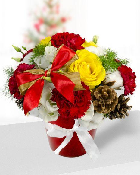 Aranjament de iarna cu Trandafiri Eustoma şi Garoafe