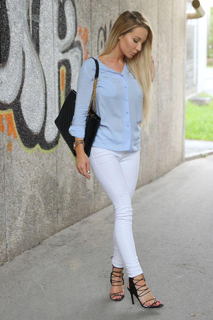 Såhär har jag varit klädd idag. Vita jeans, blå blus och klackar på det. Vardagligt med en twist kan man väll säga? 😉 Älskar att jag faktiskt gå i dessa skor, annars är alla klackar så himla osköna.. Synd bara att det fina vädret inte höll sig hela dagen, men det har ju ändå varit …