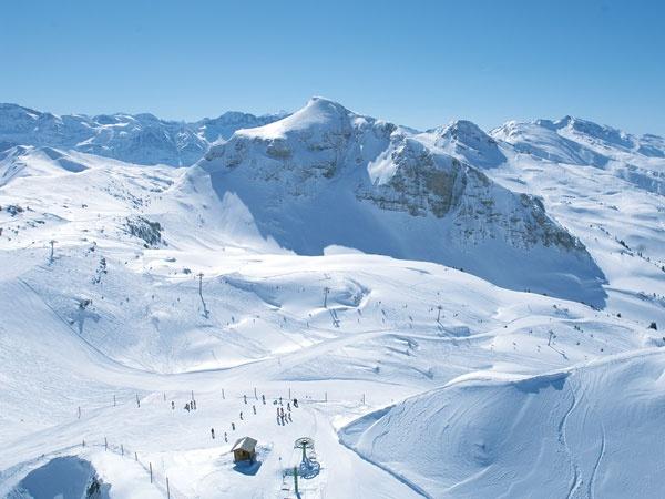 Beleef een onvergetelijke wintersport in Les Portes du Soleil! Les Portes du Soleil is met 650 kilometer pistes één van de grootste skigebieden van de wereld. Het gebied ligt in zowel Frankrijk als in Zwitserland en dus u kunt skiënd of boardend de grens oversteken. Voor echte kilometervreters is Les Portes du Soleil het paradijs. De bijna 200 moderne skiliften zorgen voor een snelle doorstroom en hierdoor geniet u zonder wachtrijen van de eindeloze mogelijkheden in deze enorme skiarena.